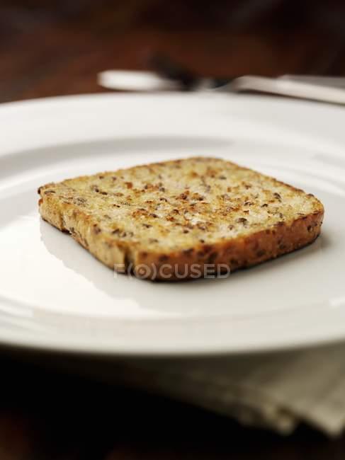 Крупным планом вид куска тост на белом фоне — стоковое фото