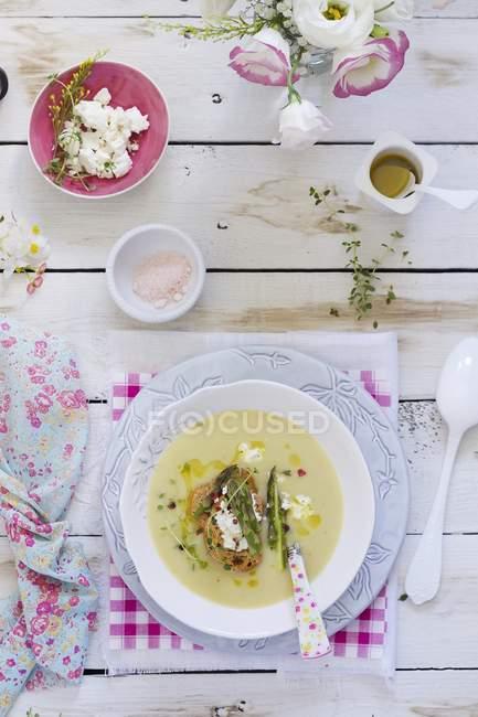 Zuppa di asparagi con pane e formaggio — Foto stock