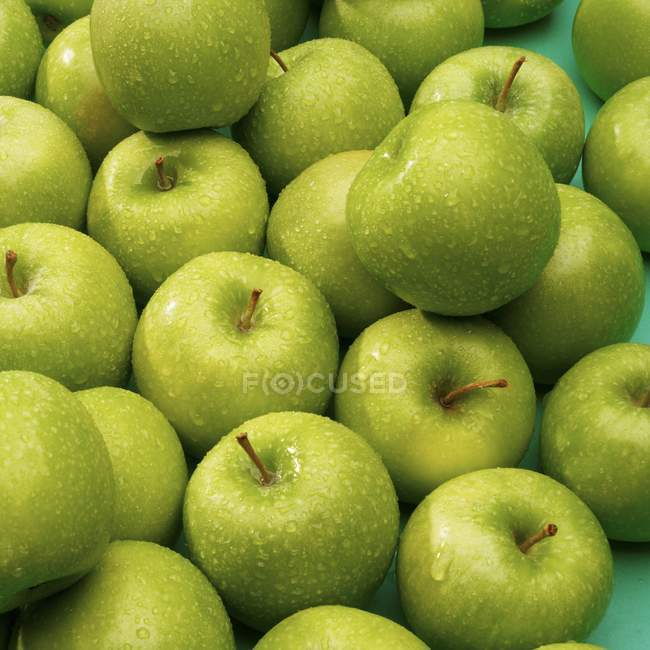 Freshly washed green apples — Stock Photo