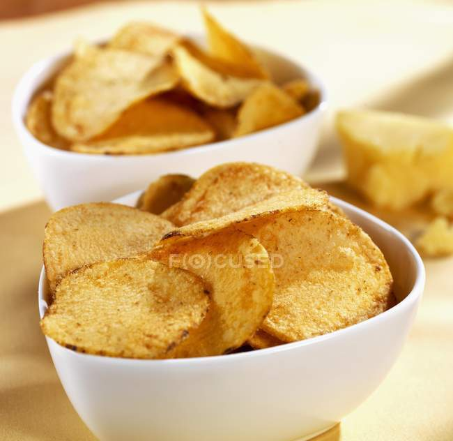 Schalen von cheesy Potato chips — Stockfoto