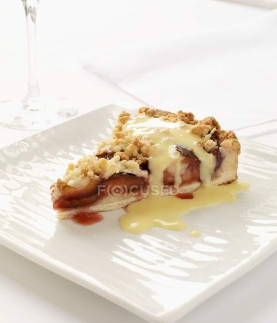 Ломтик сливовый пирог рушиться — стоковое фото