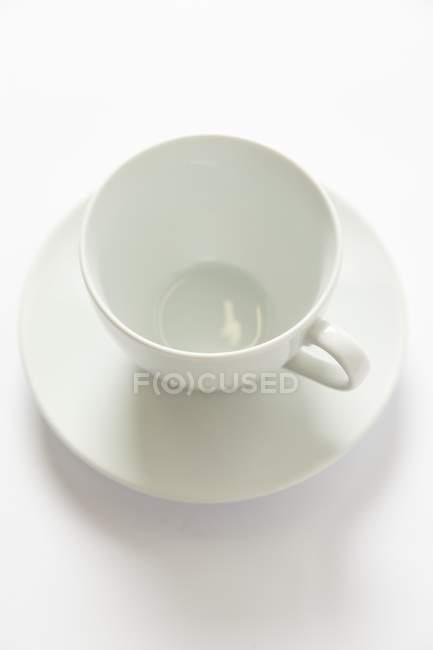 Крупный план пустой белой чашки и блюдца — стоковое фото