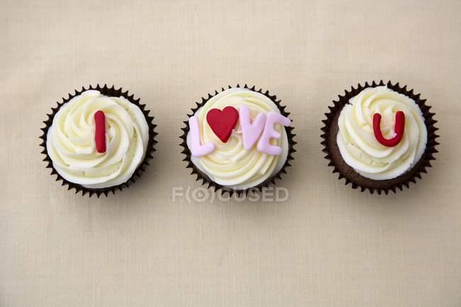 Primo piano vista dall'alto di dichiarazione d'amore su tre torte di tazza — Foto stock