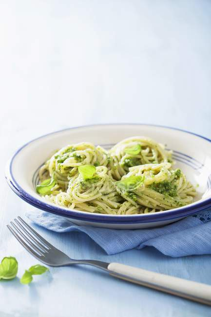 Pâtes spaghetti au pesto vert — Photo de stock