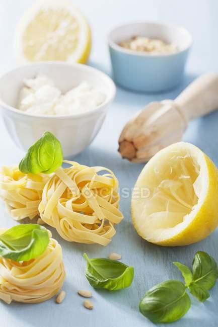 Ингредиенты для приготовления лапша, макароны — стоковое фото