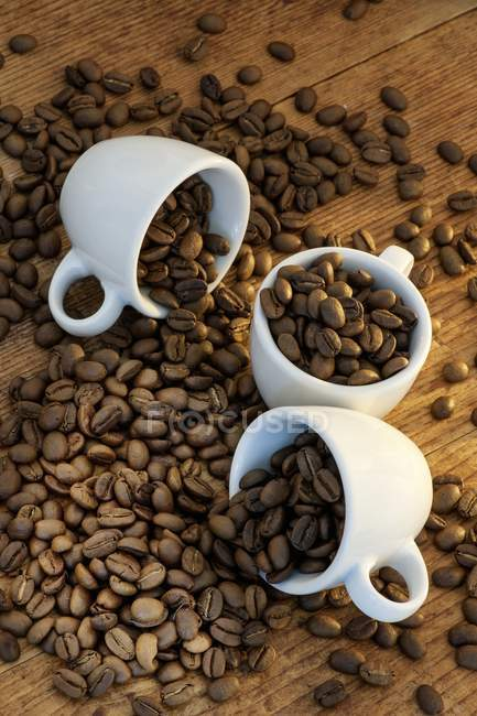 Coffee beans and espresso cups — Stock Photo