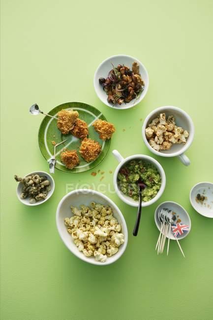 Вид зверху різні закуски на зеленій поверхні — стокове фото