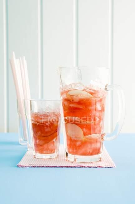 Chá gelado em jarro e vidro — Fotografia de Stock