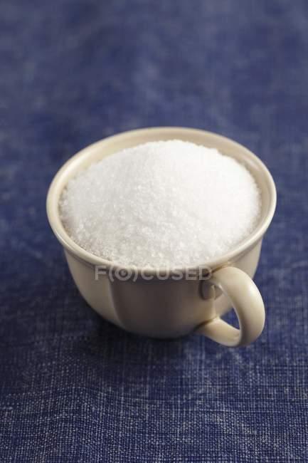 Морської солі в чашці — стокове фото