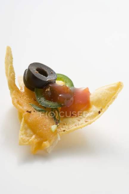 Nacho con queso y salsa de tomate - foto de stock