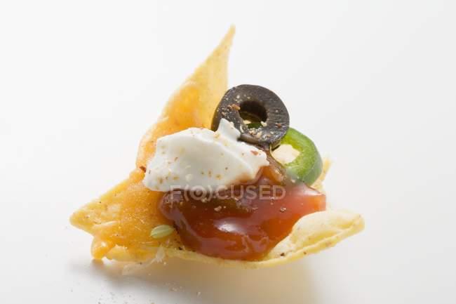 Nacho con queso sobre fondo blanco - foto de stock
