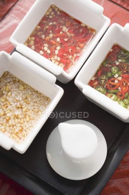 Drei würzige Asiatische Saucen in weißen Schalen — Stockfoto