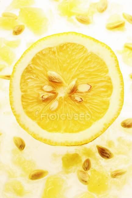 Frische Zitrone die Hälfte — Stockfoto