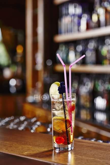Cocktail in vetro al bar — Foto stock