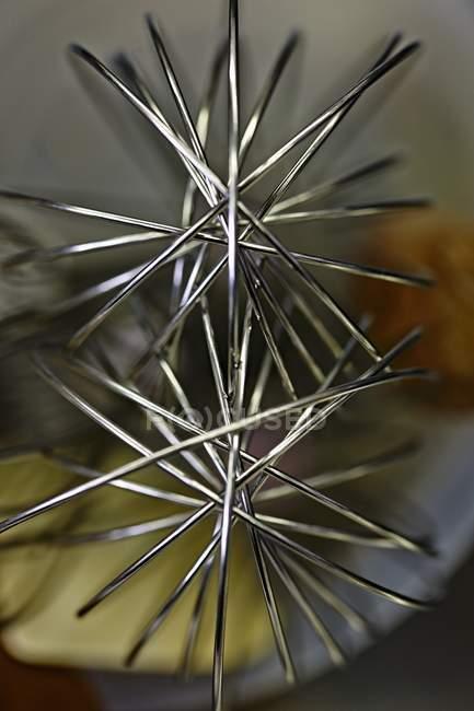Nahaufnahme von zwei Metallbesen — Stockfoto