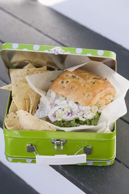 Повышенные вид сандвич и чипсы в обед box — стоковое фото
