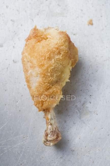 Piernas de pollo empanadas - foto de stock