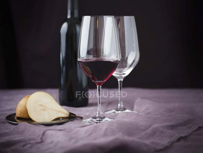 Стекло вина Бордо с половинки груши — стоковое фото