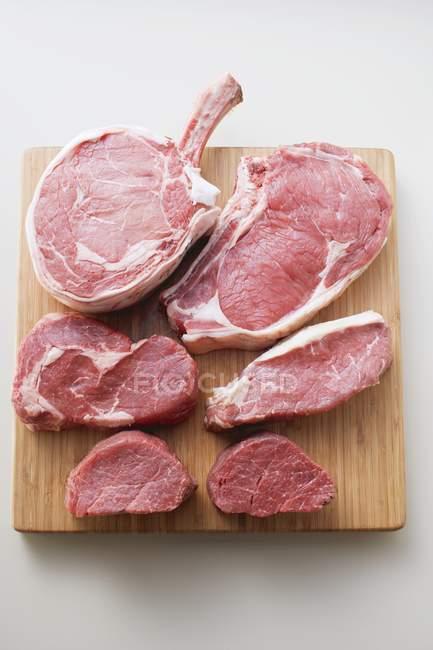 Различные куски сырой говядины — стоковое фото