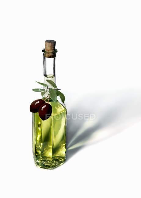 Garrafa de azeite com azeitonas pretas — Fotografia de Stock