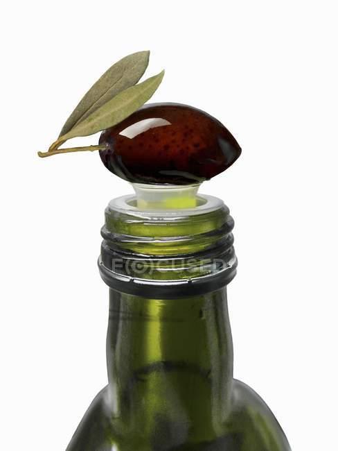 Azeitona em cima da garrafa de azeite — Fotografia de Stock