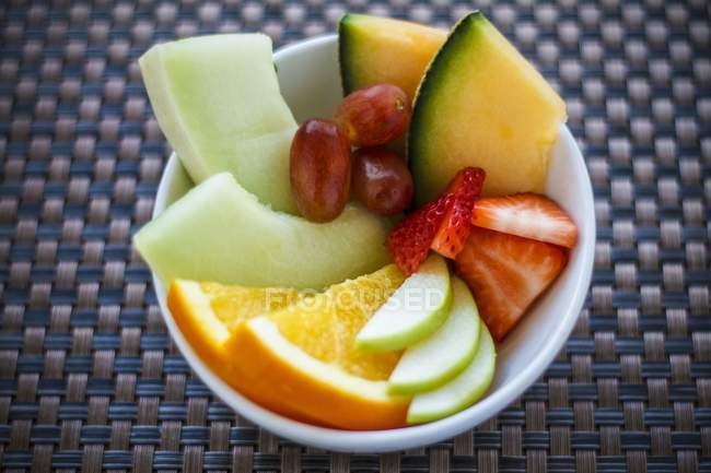 Closeup view of fresh fruit slices in bowl — Stock Photo