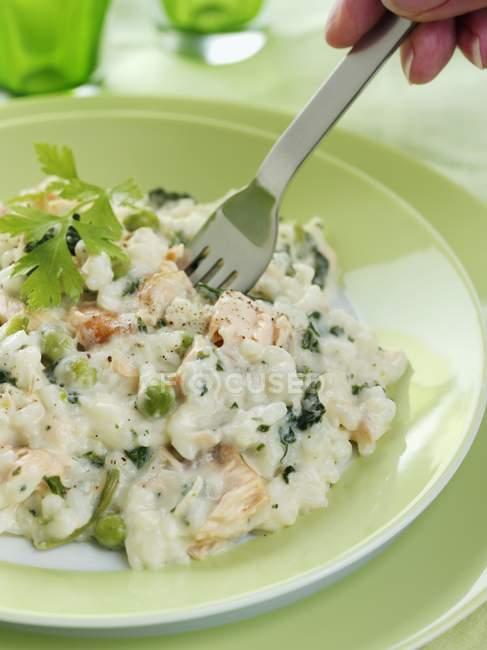 Рис для ризотто с горошком и лосося — стоковое фото