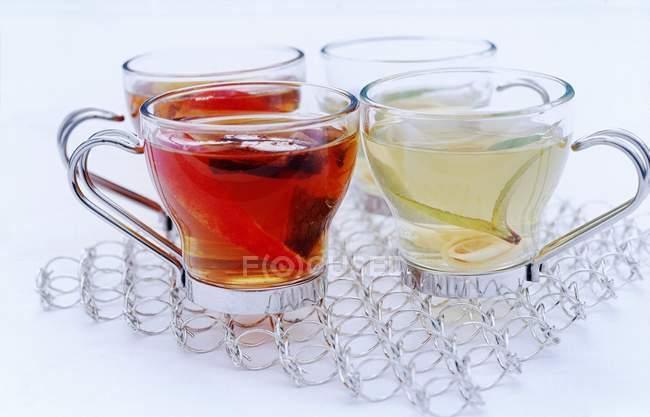 Tazas de cristal del té blanco y negro - foto de stock