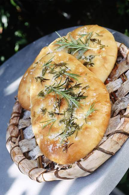 Повышенные наклонена вид двух итальянская Focaccia хлеб на деревянный поддон — стоковое фото