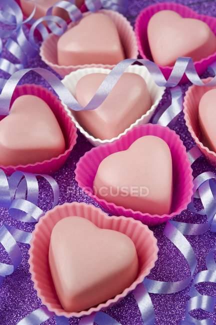 Шоколадні цукерки в торт кришки у формі серця — стокове фото