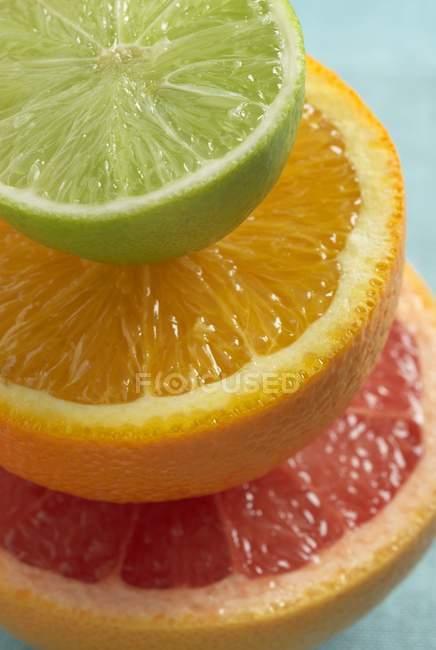 Halves of citrus fruits — Stock Photo