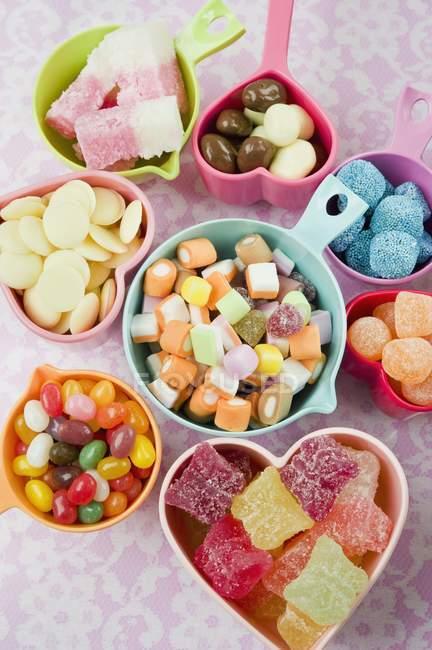 Dulces con gelatinas y chocolates - foto de stock
