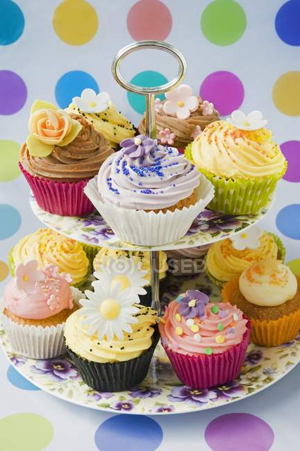 Cupcakes decorados com flores em pó — Fotografia de Stock