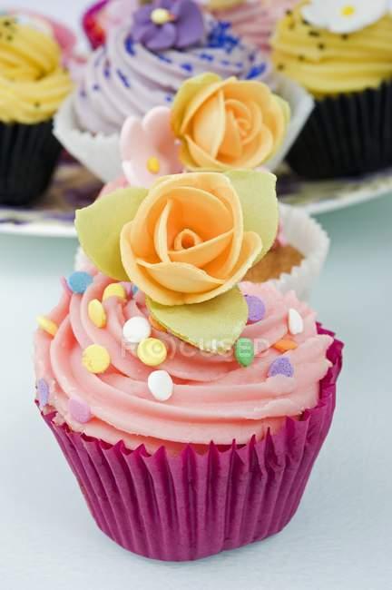 Cupcakes decorados com flores rosas laranja — Fotografia de Stock