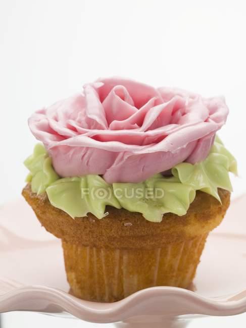 Cupcake dekoriert mit Zuckerrose — Stockfoto