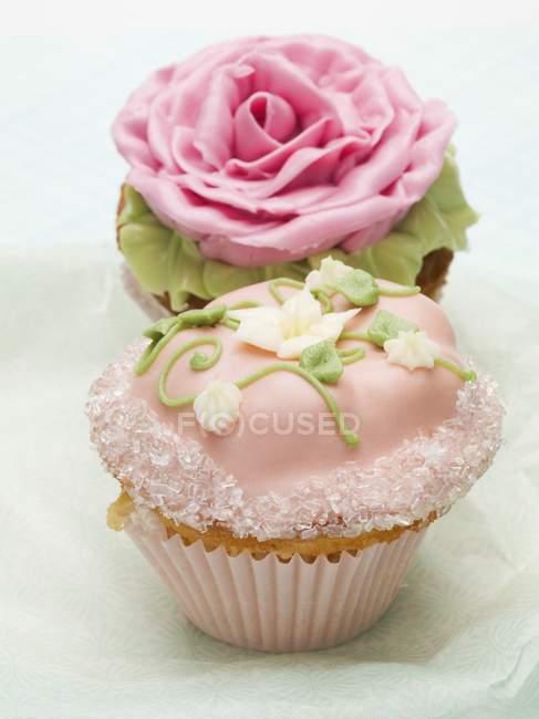 Cupcakes com decorações florais — Fotografia de Stock