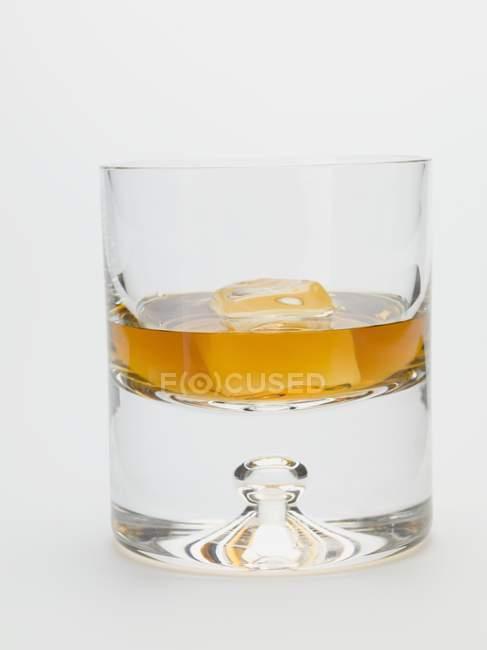 Стакан виски со льдом — стоковое фото