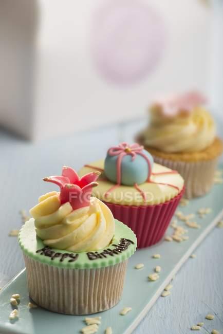 Três cupcakes decorados — Fotografia de Stock