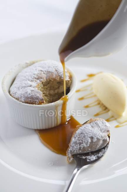 Souffle de pudín con salsa de caramelo - foto de stock