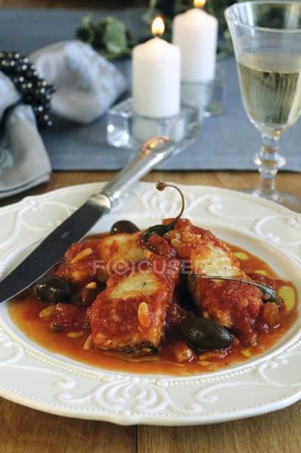 Фондовий риби в томатному соусі з родзинками — стокове фото