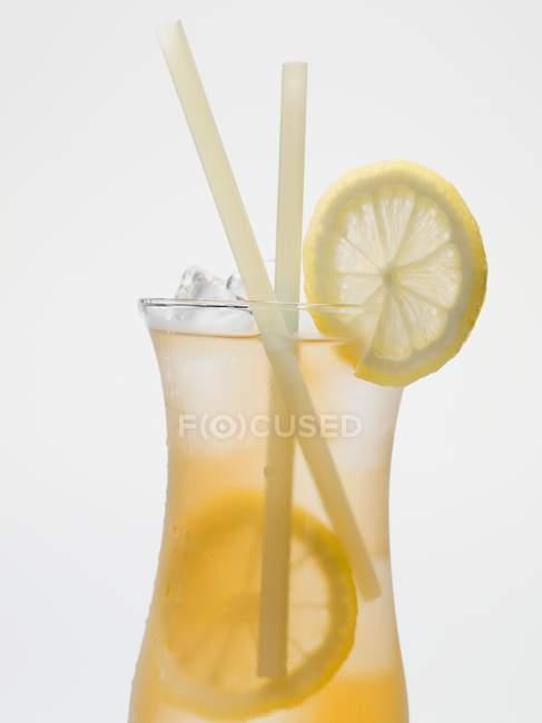 Verre de thé glacé avec tranches de citron — Photo de stock