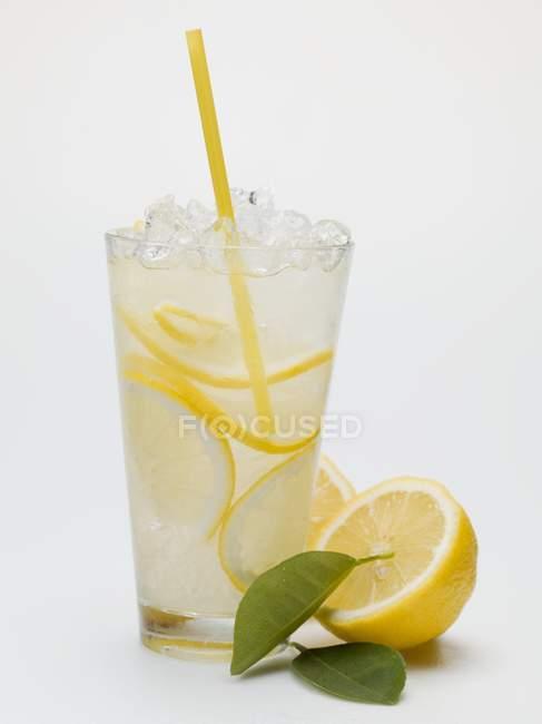 Bicchiere di limonata con ghiaccio tritato — Foto stock