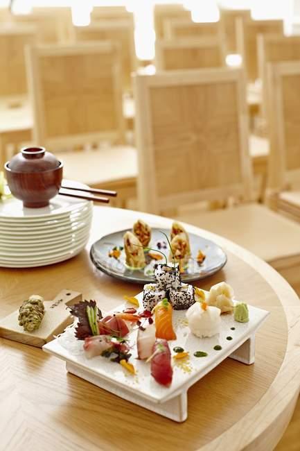 Суши ассорти в ресторане — стоковое фото
