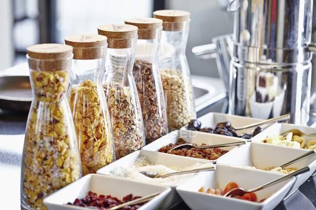Ingredienti di muesli per colazione a buffet — Foto stock