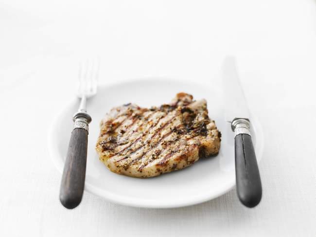 Costeleta de porco grelhado na placa — Fotografia de Stock