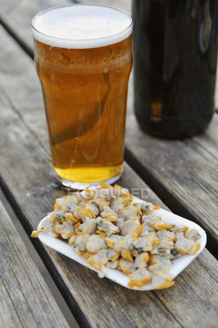 Мидии и стакан пива — стоковое фото