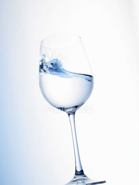 Vista da vicino dell'onda d'acqua in vetro inclinato — Foto stock