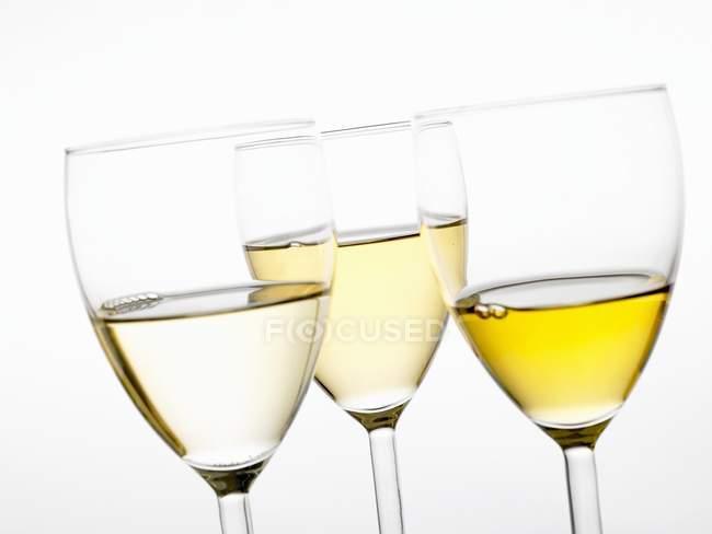 Vini bianchi diversi in bicchieri — Foto stock