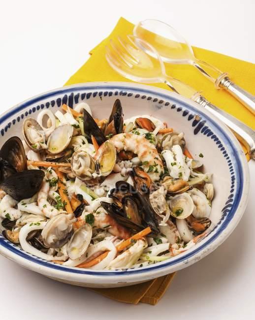 Ensalada de mariscos con mejillones - foto de stock