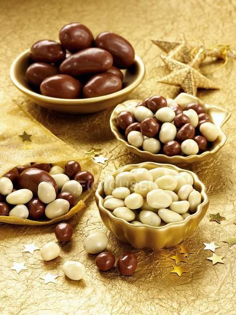 Verschiedene mit Schokolade überzogene Nüsse — Stockfoto